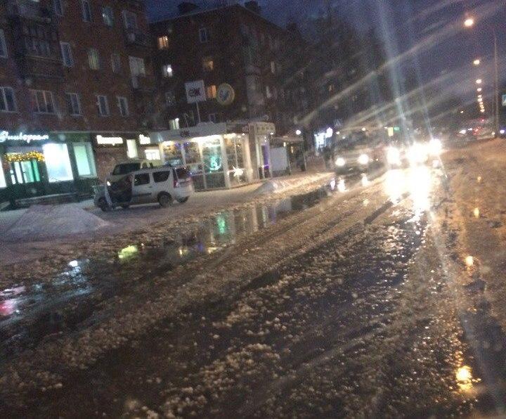 В Кировском районе Кемерова холодная вода затопила улицу Леонова