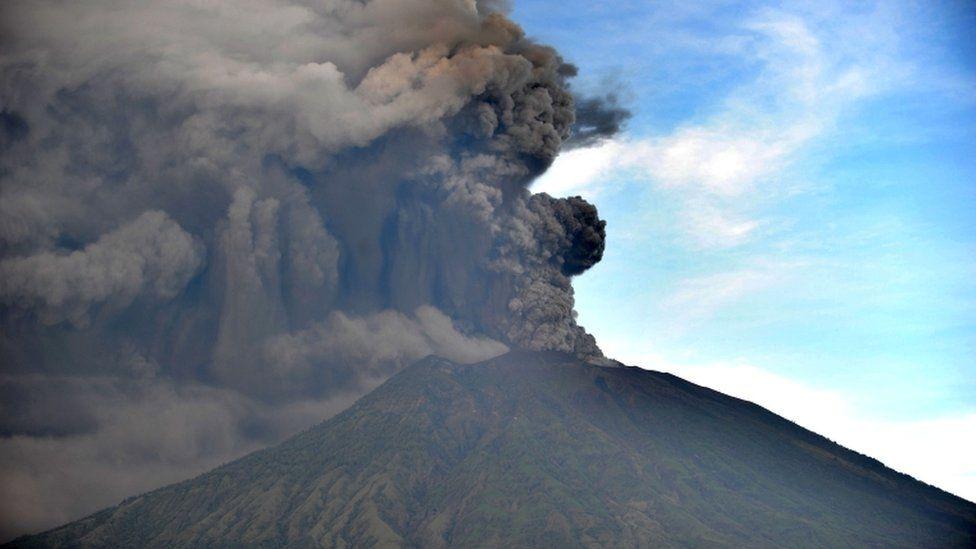 Из-за извержения вулкана наБали граждан России транспортируют насоседние острова