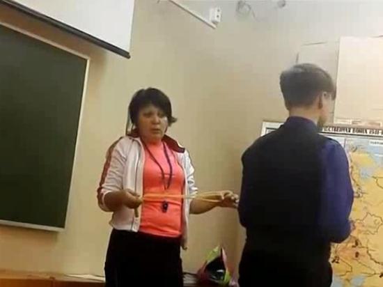 Преподаватель занимается сексом с девочкой видео