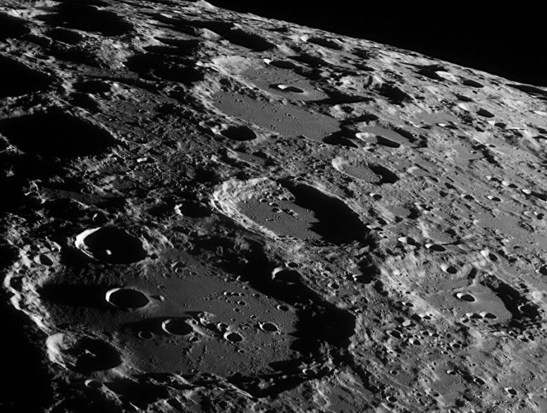 Замерзший спутник: ученые обнаружили ледяные скопления наповерхности Луны