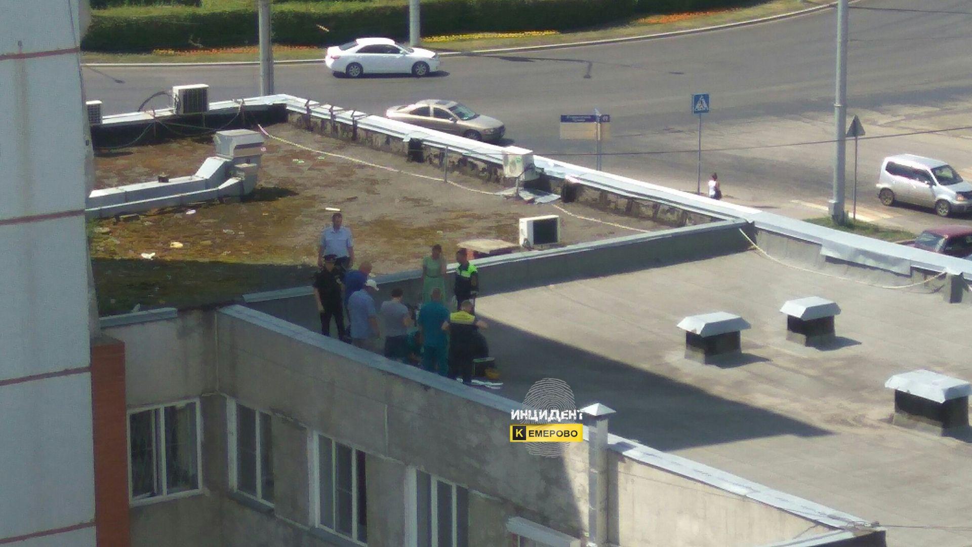 ВКемерово женщина упала сшестого этажа, когда спускалась посвязанным простыням