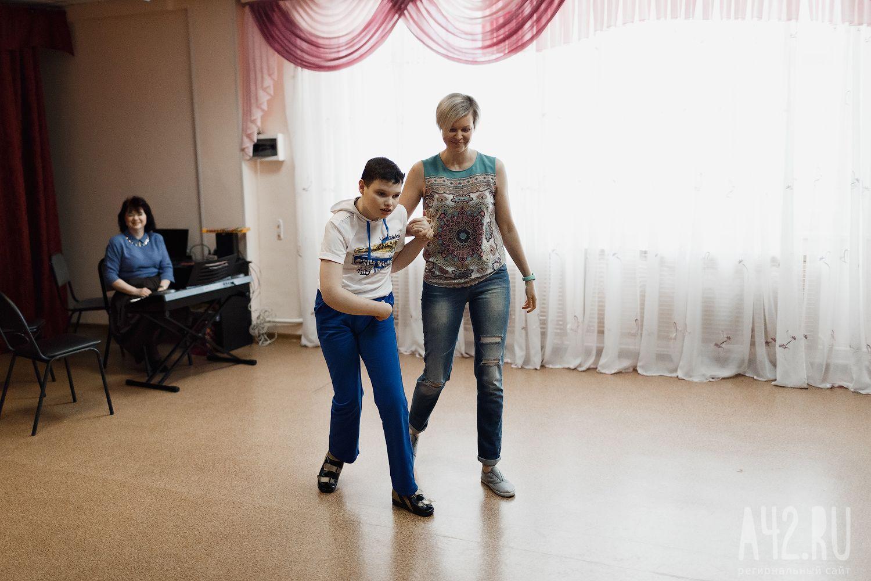 patsan-uchitsya-sosat-i-eto-u-nego-horosho-poluchaetsya-foto-doma-na-dereve-dlya-seksa